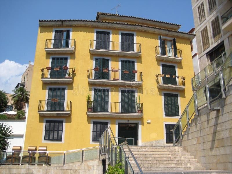 colore giallo della costruzione di appartamento fotografia stock
