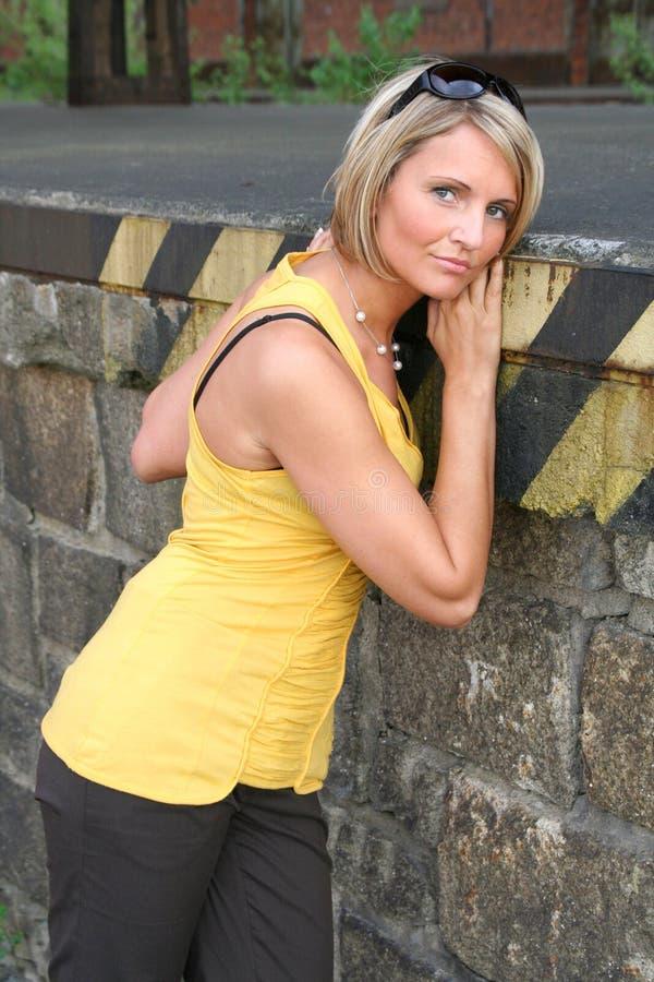 Colore giallo sexy e donna di colore immagini stock libere da diritti
