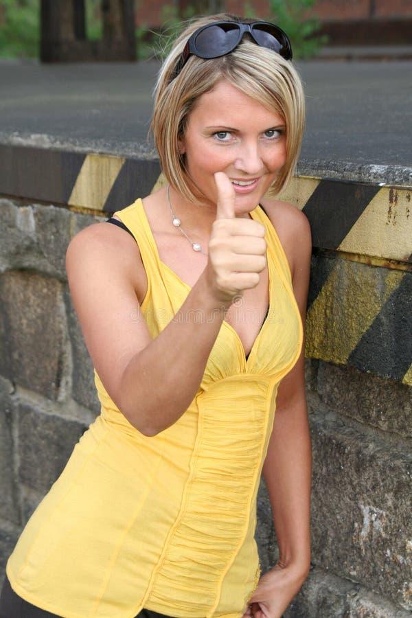 Colore giallo sexy e donna di colore immagini stock