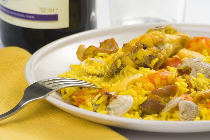 Colore giallo squisito del paella dei frutti di mare e del riso del pollo immagine stock