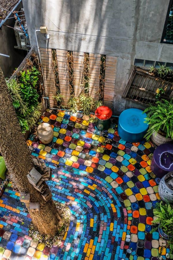 Colore nel giardino in mezzo alla casa fotografia stock libera da diritti