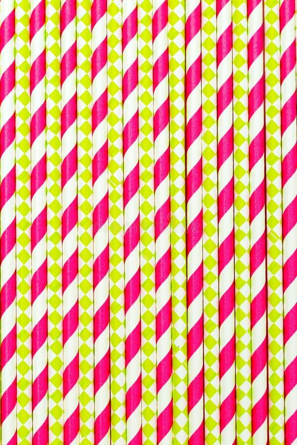 Colore rosa di plastica di carta delle cannucce Priorità bassa verticale fotografie stock