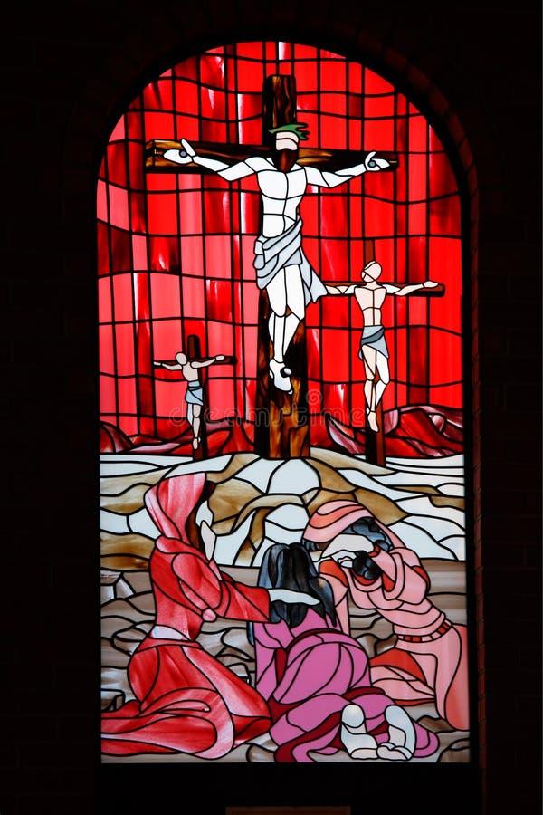 Colore rosso del vetro di finestra della chiesa fotografie stock