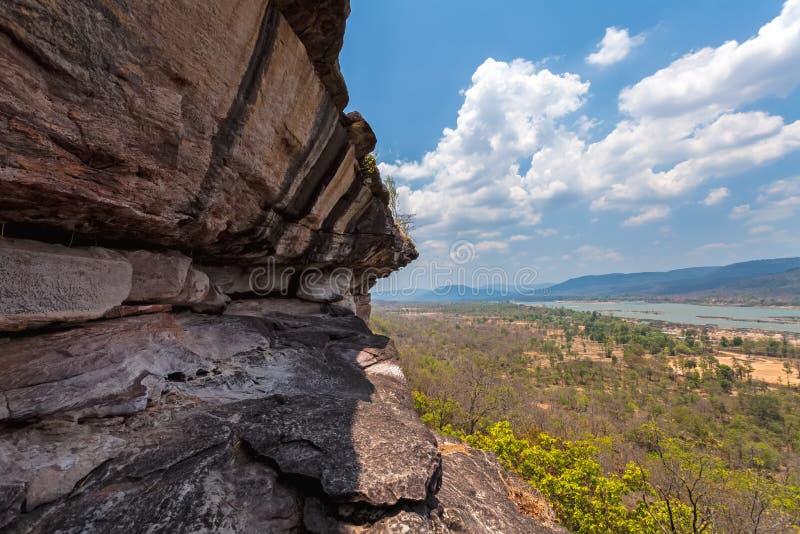 Colore rosso della roccia vicino alla scogliera ed al fiume di Mae Kong su luce naturale immagini stock libere da diritti