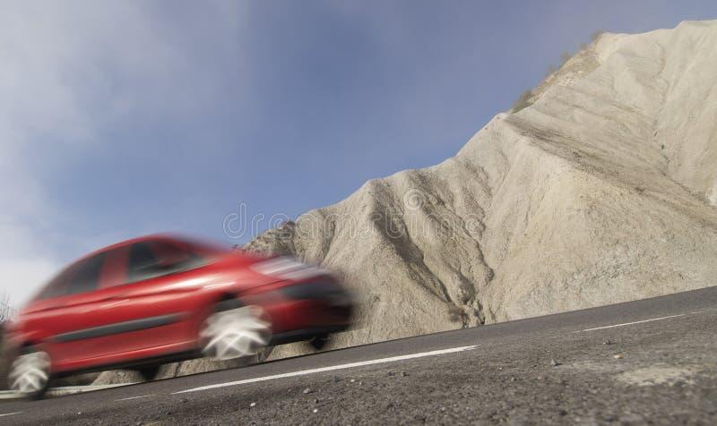 colore rosso muoventesi di paesaggio arido dell'automobile immagine stock