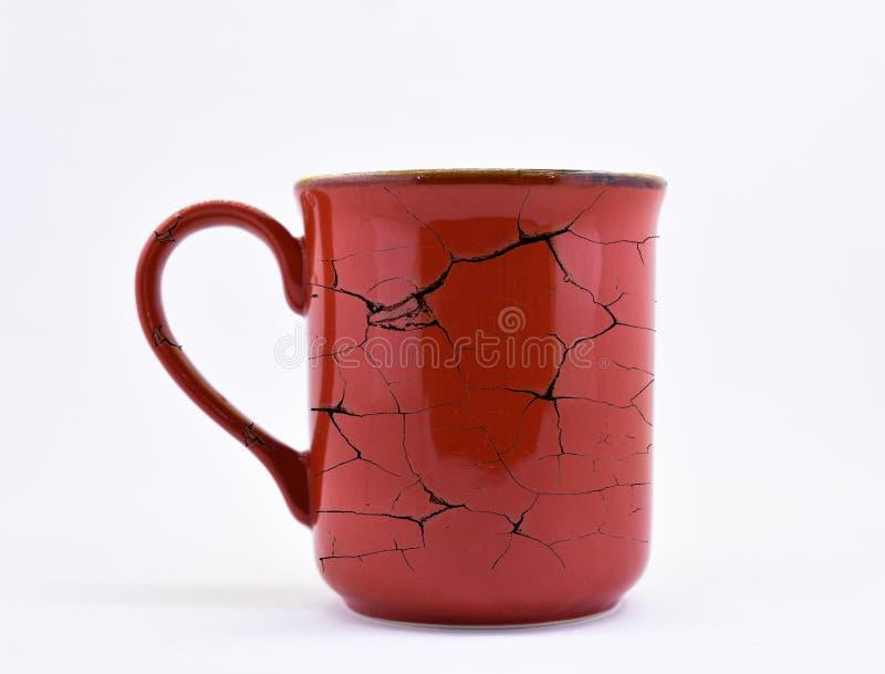 Colore rosso, tazza ceramica, con il modello della crepa, immagini stock