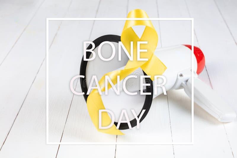 Colore simbolico del nastro giallo per consapevolezza del cancro alle ossa del sarcoma e la prevenzione di suicidio fotografia stock libera da diritti