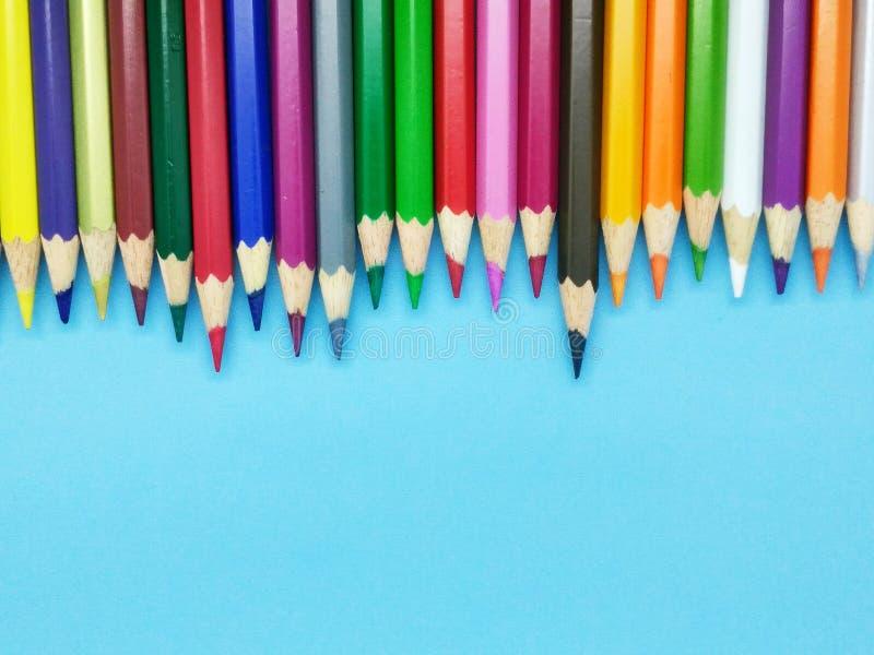 Colore variopinto della matita con fondo blu fotografia stock libera da diritti