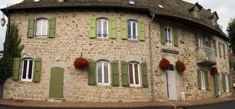 colore verde verde oliva e fiori della facciata di pietra immagine stock immagine di finestra. Black Bedroom Furniture Sets. Home Design Ideas