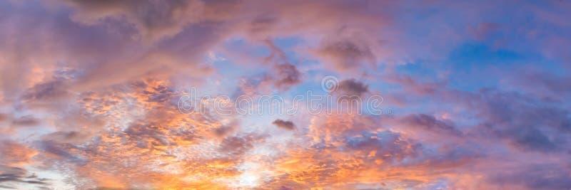 Colore vibrante drammatico con la bella nuvola di alba e del tramonto un giorno nuvoloso immagini stock libere da diritti
