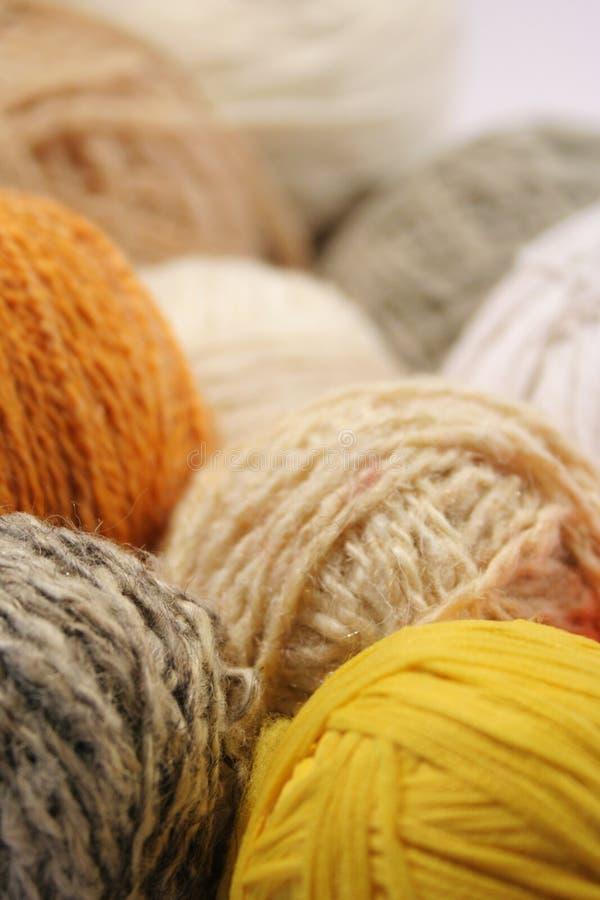 Colorea los ovillos de las lanas fotografía de archivo