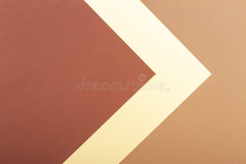 Coloree el fondo de la composición de la geometría de los papeles con tonos beige y marrones fotografía de archivo