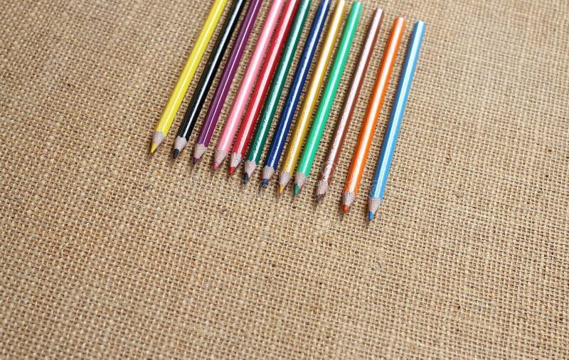 Coloree el lápiz con el fondo del cáñamo en foco selectivo imágenes de archivo libres de regalías