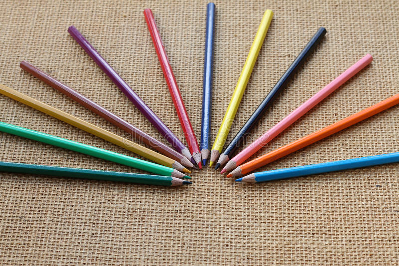 Coloree el lápiz en fondo del cáñamo en foco selectivo fotografía de archivo libre de regalías