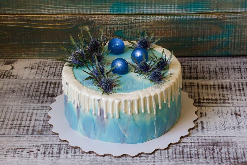 Coloree el pastel de queso poner crema del goteo con las esferas del iridio y del caramelo imágenes de archivo libres de regalías