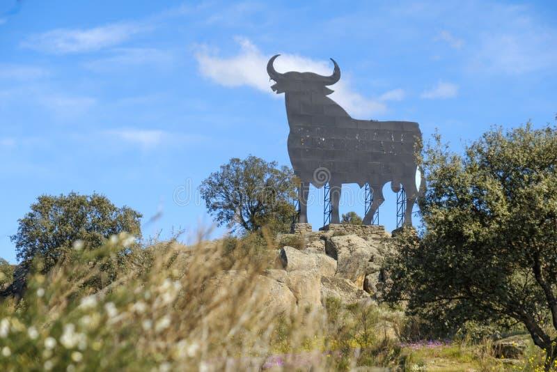 Coloree la imagen de una cartelera en la forma de un toro en España fotos de archivo