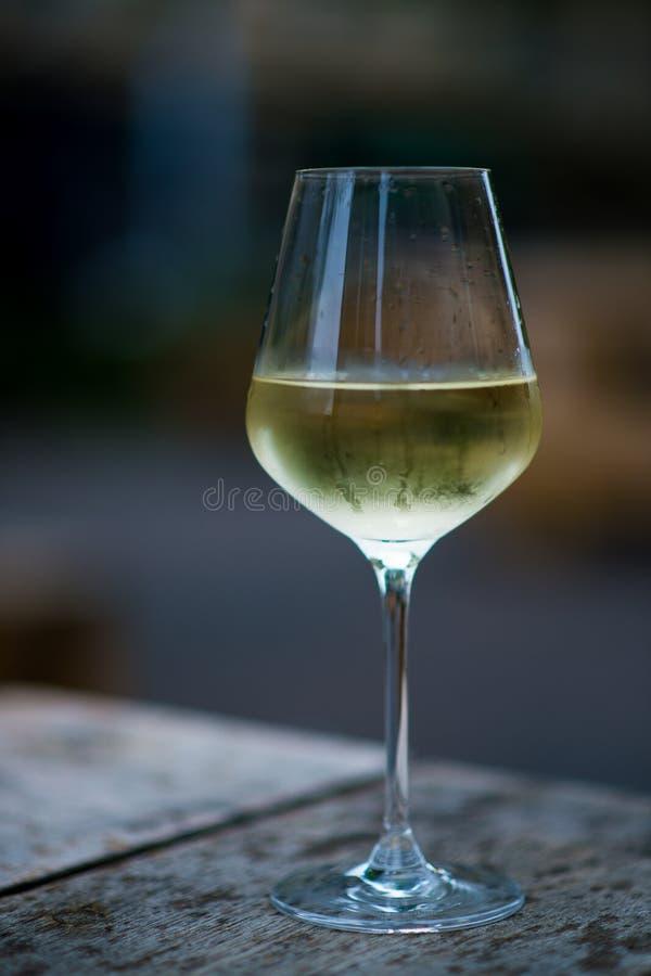 Coloree la imagen del vino blanco enfriado en un vidrio, con el espacio de la copia foto de archivo libre de regalías