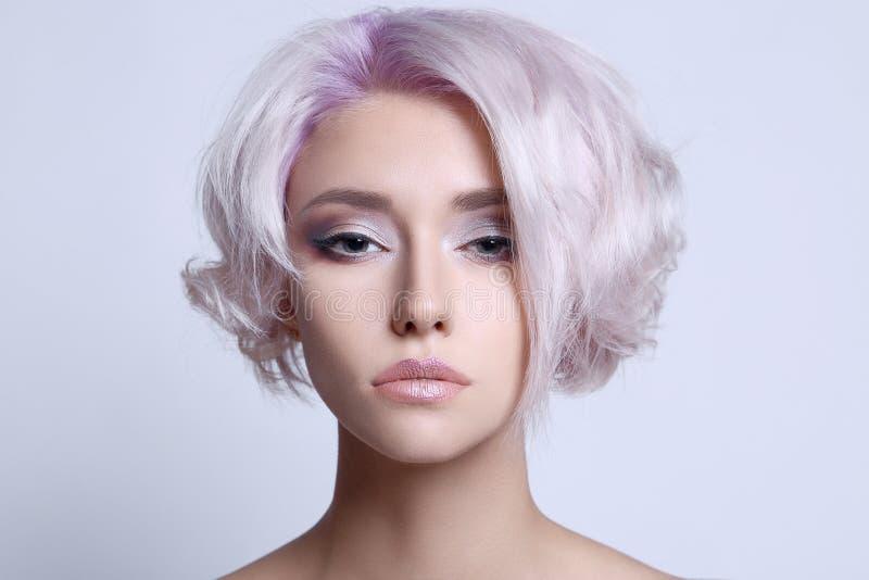 Coloree a la mujer joven hermosa del pelo fotos de archivo libres de regalías
