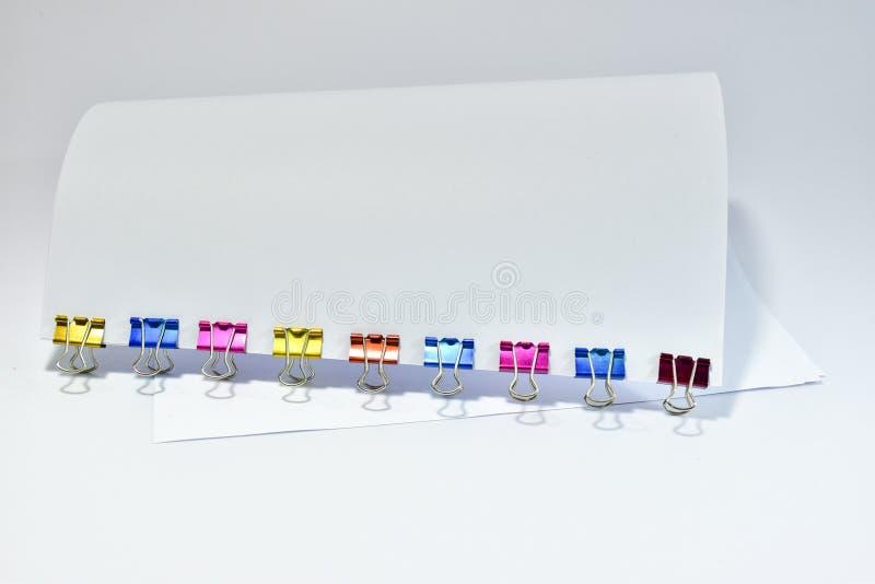 Coloree los clips de papel de los materiales de oficina de los clips de la carpeta del metal imágenes de archivo libres de regalías