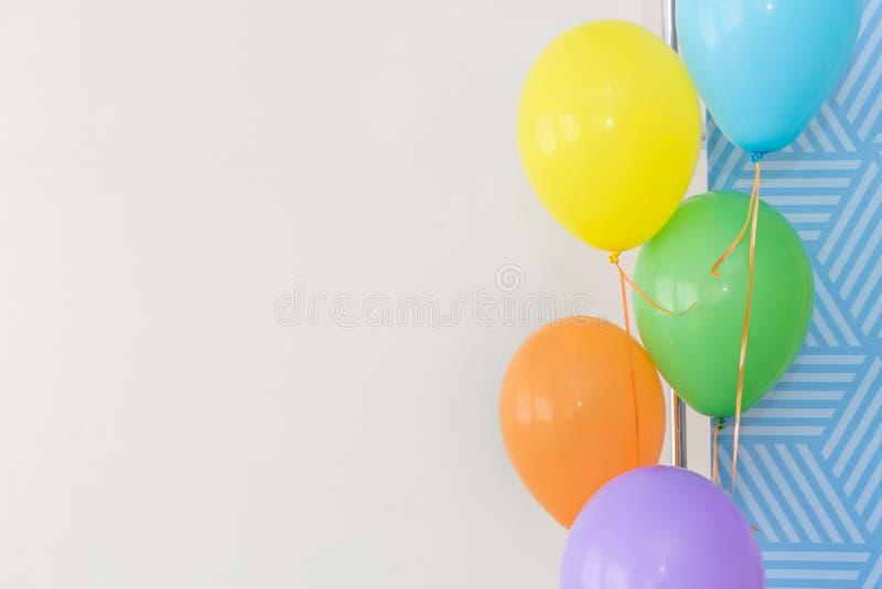 Coloree los globos en un fondo blanco, globos del color en un partido, foto de archivo libre de regalías