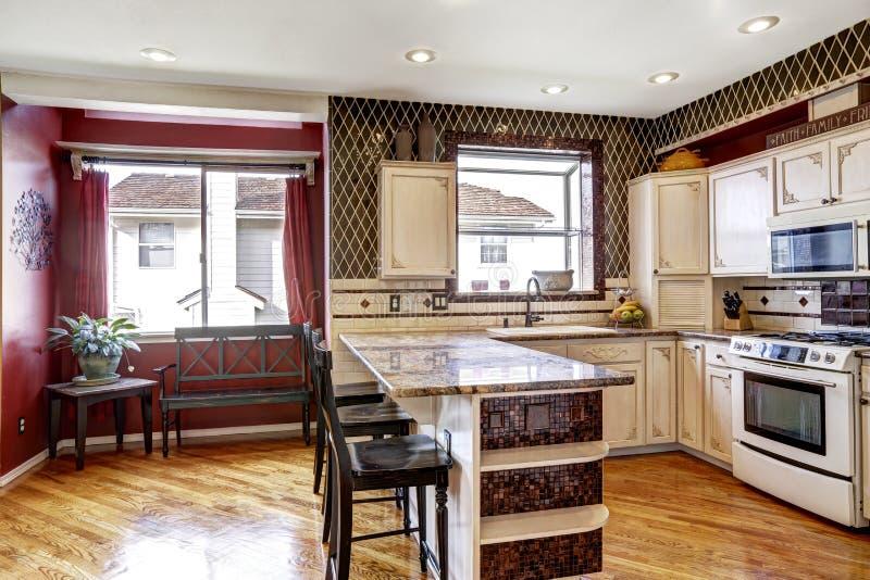 Colores blancos y rojos del interior del sitio de la cocina en cambio imagen de archivo libre de regalías