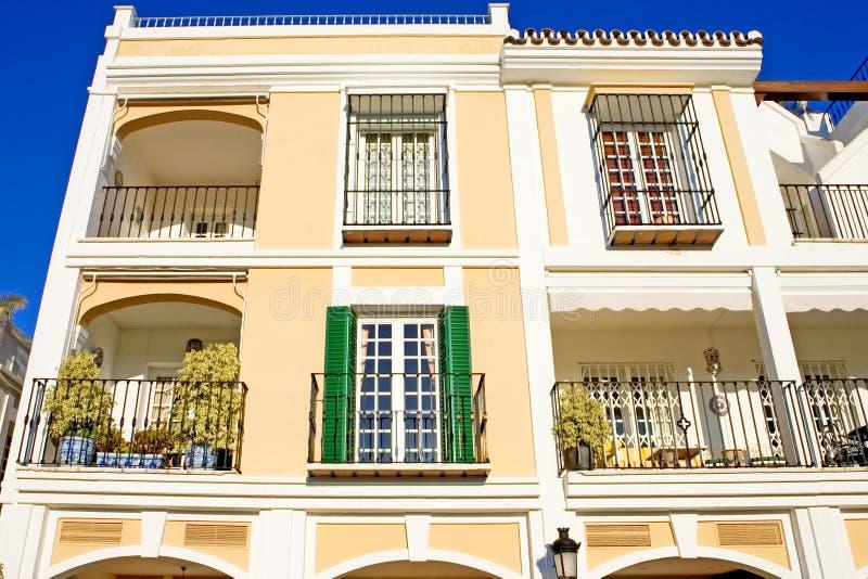 Colores brillantes del pueblo español moderno asoleado foto de archivo libre de regalías