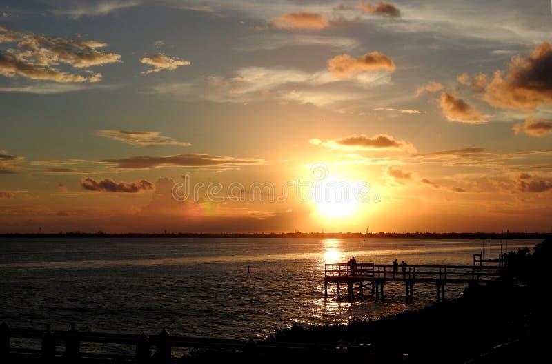 Colores calientes de la puesta del sol Pier Silhouette fotos de archivo