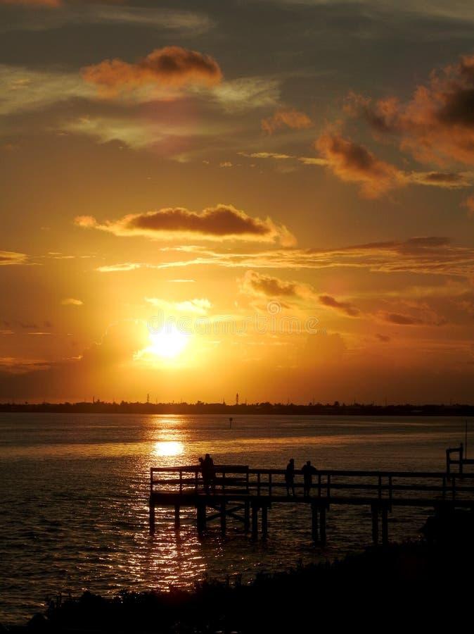 Colores calientes de la puesta del sol Pier Silhouette Vertical imagen de archivo