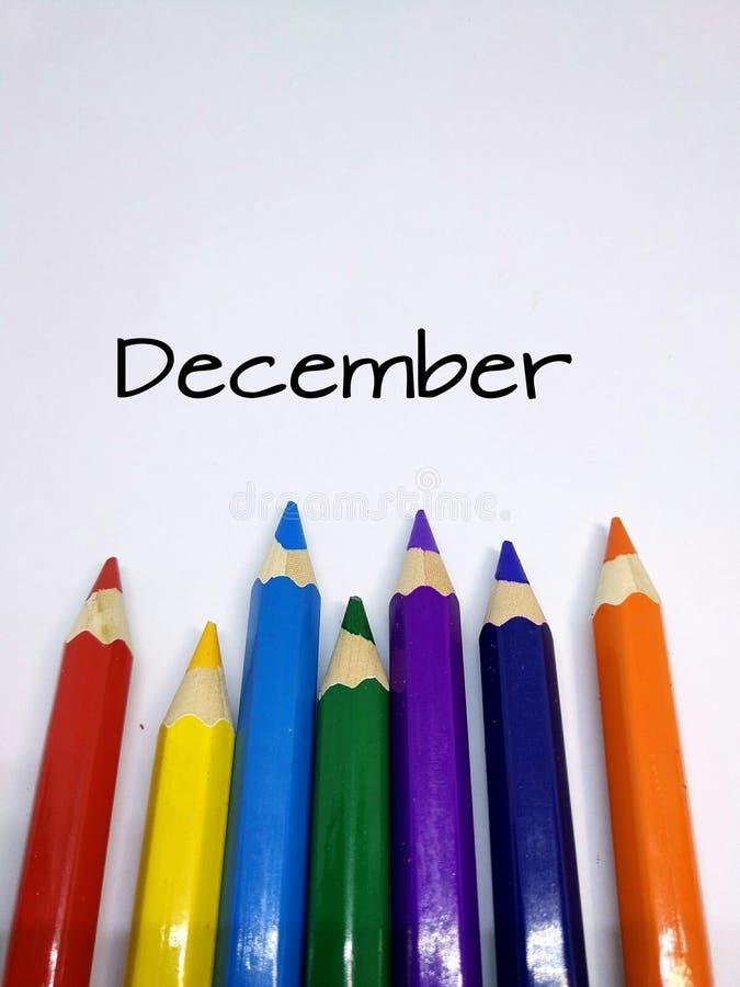 Colores coloridos del lápiz con el concepto del mes para diciembre fotografía de archivo libre de regalías