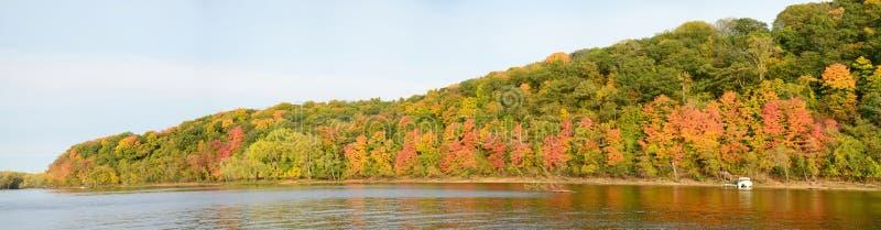 Colores de la caída a lo largo del St Croix River imágenes de archivo libres de regalías