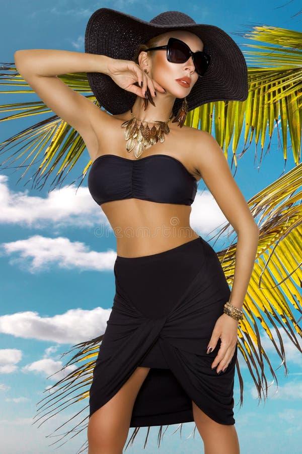 Colores de la moda de la altura, retrato del encanto de la mujer hermosa bonita de la moda en el bikini que presenta en verano ce foto de archivo