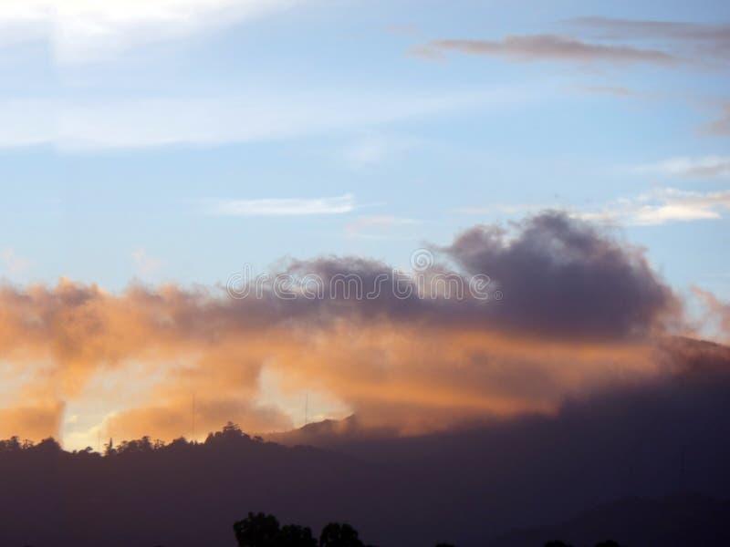 Colores de la puesta del sol en Caracas, Venezuela foto de archivo