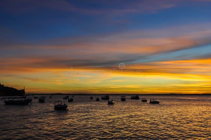Colores de la puesta del sol en Morro de Sao Paulo, Salvador, el Brasil imagenes de archivo
