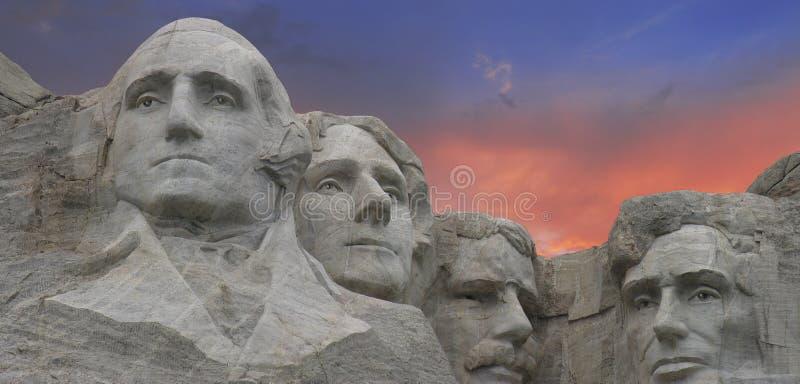 Colores de la puesta del sol sobre el montaje Rushmore imagenes de archivo