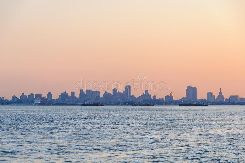 Colores de la salida del sol sobre Brooklyn, Nueva York, los E.E.U.U. fotos de archivo libres de regalías