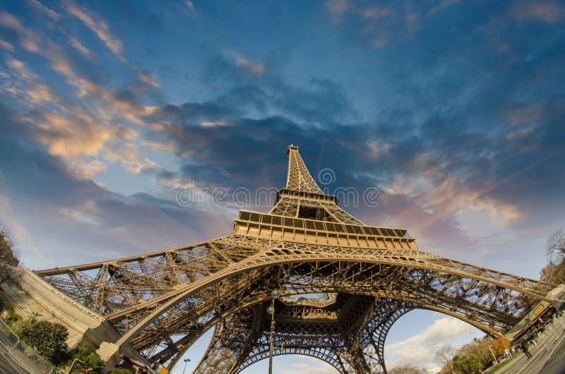 Colores de la torre Eiffel en París imagenes de archivo