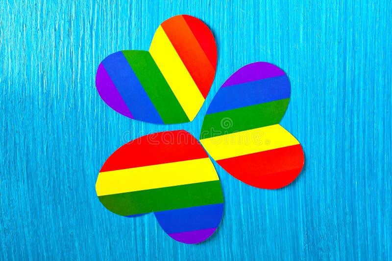 Colores de papel del símbolo del corazón del arco iris Relaciones homosexuales imagen de archivo