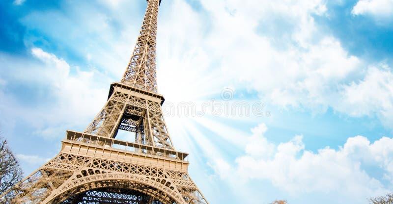 Colores del cielo sobre la torre Eiffel, París foto de archivo libre de regalías