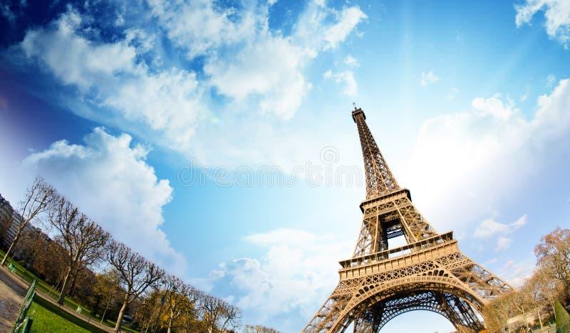 Colores del cielo sobre la torre Eiffel, París imagen de archivo