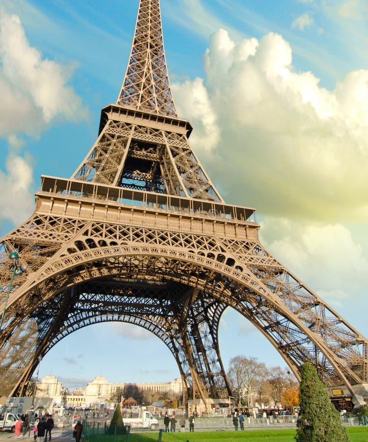 Colores del cielo sobre la torre Eiffel, París fotos de archivo libres de regalías