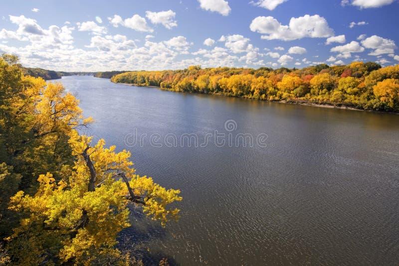 Colores del otoño a lo largo del río Misisipi, Minnesota imagen de archivo libre de regalías