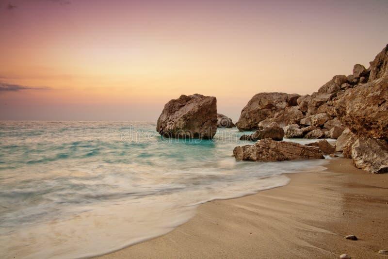Colores determinados de Sun en la playa de Kathisma imagen de archivo libre de regalías