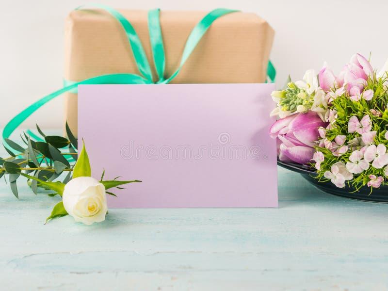 Colores en colores pastel de la tarjeta de la flor de la rosa púrpura vacía del tulipán foto de archivo libre de regalías