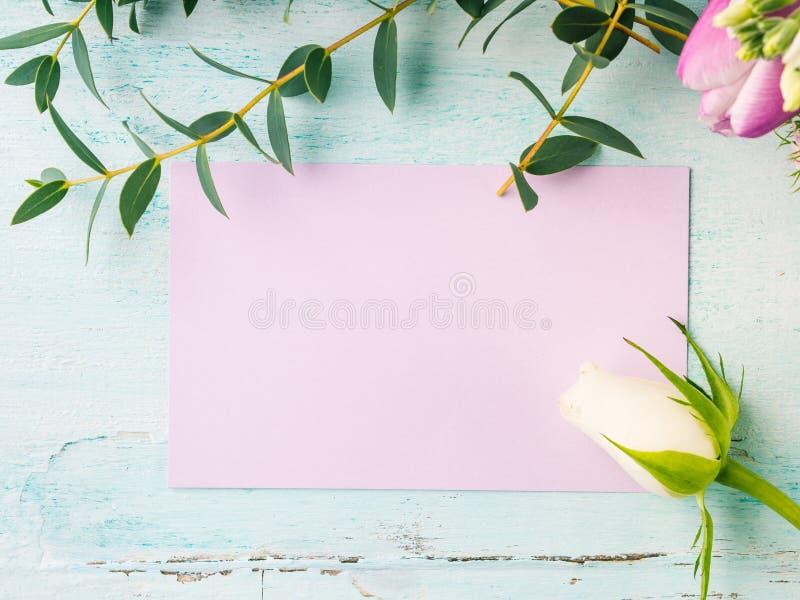 Colores en colores pastel de la tarjeta de la flor de la rosa púrpura vacía del tulipán foto de archivo