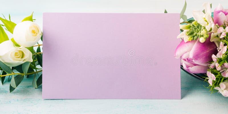 Colores en colores pastel de la tarjeta de la flor de la rosa púrpura vacía del tulipán fotografía de archivo libre de regalías