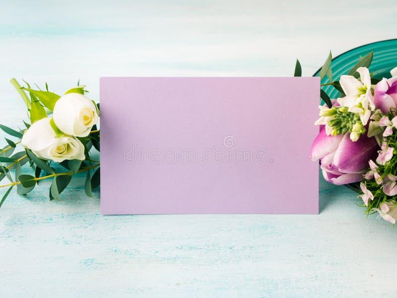 Colores en colores pastel de la tarjeta de la flor de la rosa púrpura vacía del tulipán fotos de archivo libres de regalías