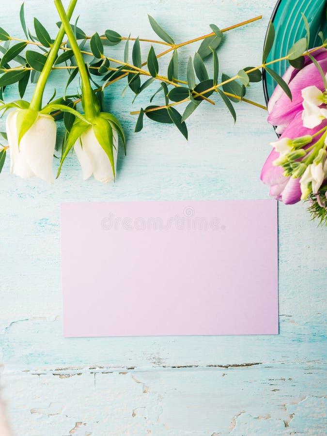 Colores en colores pastel de la tarjeta de la flor de la rosa púrpura vacía del tulipán imagenes de archivo