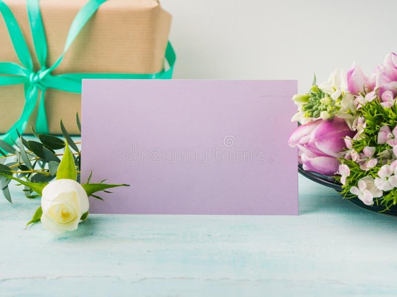 Colores en colores pastel de la tarjeta de la flor de la rosa púrpura vacía del tulipán imágenes de archivo libres de regalías