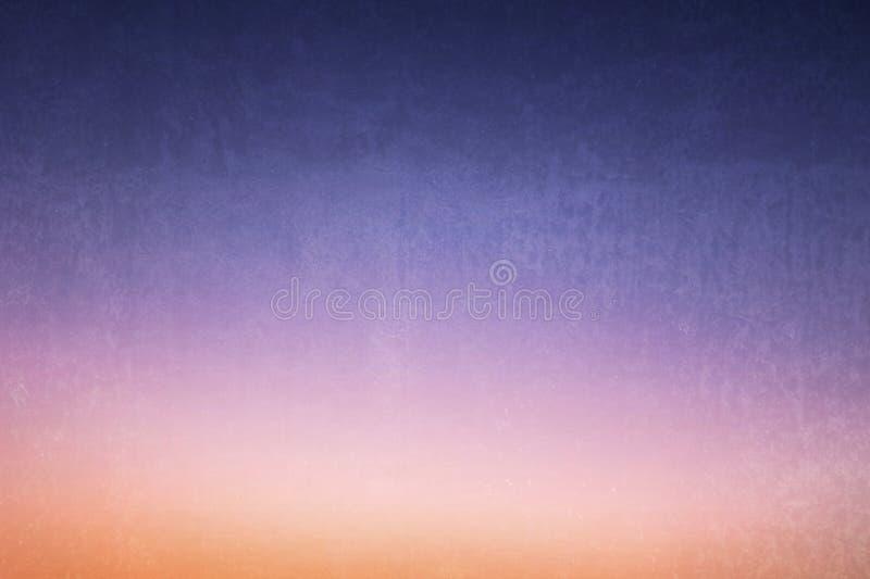 Colores en colores pastel de la pendiente de la oscuridad del amanecer de la sombra azul del cielo con la textura para el fondo fotografía de archivo libre de regalías