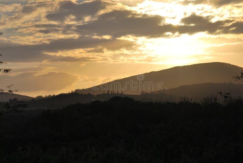 Colores fabulosos de la puesta del sol de la montaña imagenes de archivo